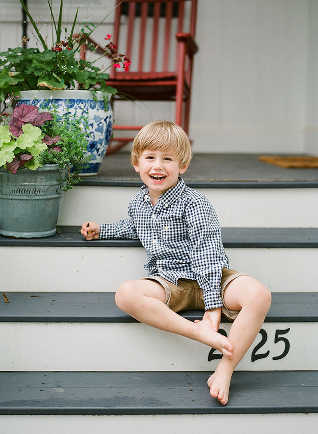 Relaxed portraits of family with boys by Sarah Der Photography