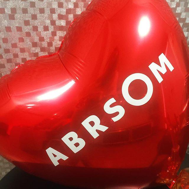 O amor está ainda mais no ar por aqui!! #InLove com meu balão personalizado da @soalegriafestasbh ❣❣❣❣❣❣ ❣❣❣Baloes super combinam com Pista de dança e dão um efeito visual incrível na boate, além de estarem em alta, ficam um charme com o nome dos noivos ou mensagens de amor e carinho!! Ahh..As fotos ficam lindas ; )