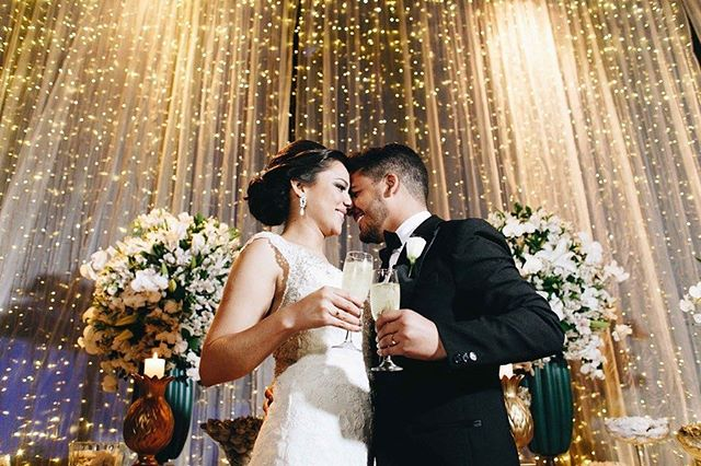 Cortina de luz abrilhantando o amor  de Thais e Evandro. O casamento deles saiu hoje no blog do @berriesandlove 💗💗💗 pH:@giovanipierrephotography