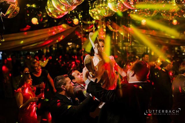 Será que a Fê curtiu a festa? 📸:@lutterbachfotografia #sobreoultimofds #explosaodecores #vemprapista #comemorandooamor #colors
