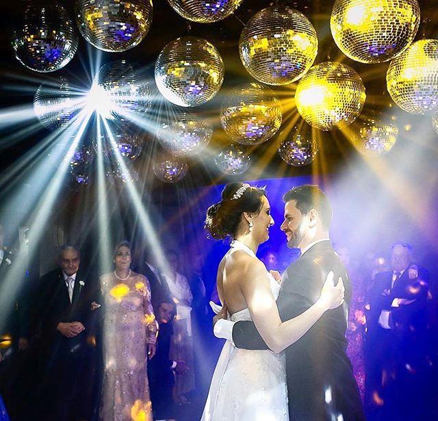 #Repost @scristinabh ・・・ The first dance. #manuantunes #manuantunesfotografias #cores #colors #color #equipemanuantunes #sarafonseca #thefirstdance #wedding #casamento #casamentobh #chacarachiari #noivos #canon