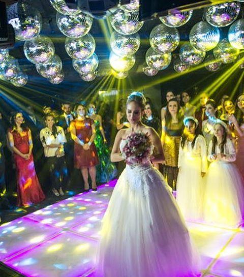 O casamento da Isadora e do Thamir foi belíssimo. A cerimônia aconteceu na nossa querida Igrejinha da Pampulha e tudo seguiu o padrão de um casamento clássico: luzinhas, velas, castiçais e lustres deram o tom glamouroso da decoração.  A Isadora estava linda, com vestido princesa, deixando o casamento ainda mais clássico e lindo! Vem conferir no site do @casandoembh http://casandoembh.com.br/casamento-classico-de-isadora-e-thamir/ pH: Claudia Saddi