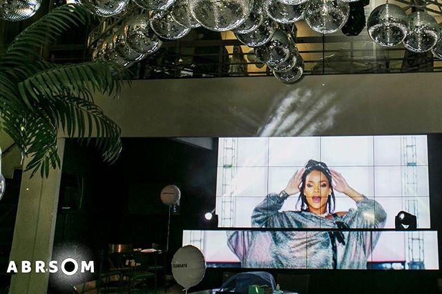 Video Wall são monitores que projetam uma imagem única e de alta definição. Seu evento ganha em visual, conteúdo, interatividade e destaque! pH:@photoobjetiva  Solicite orçamento: atendimento@abrsom.com.br
