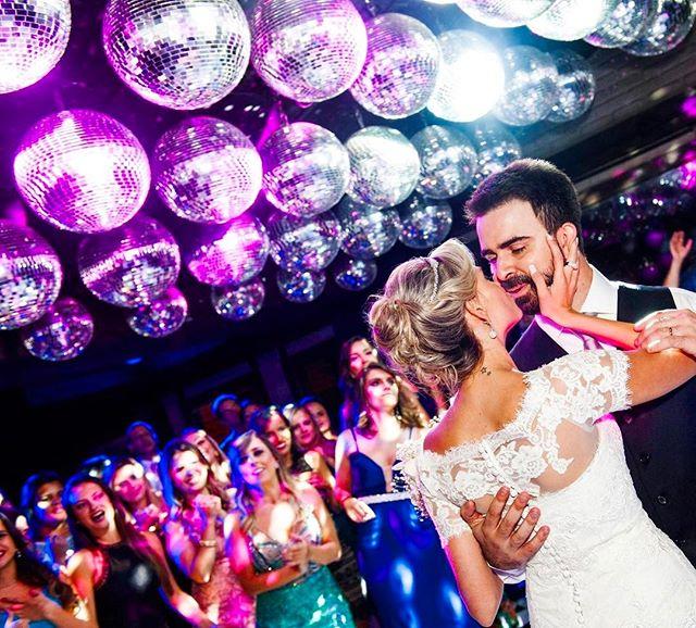 Invista na sua Pista de dança. É lá que vocês irão passar maior parte da festa e os principais momentos. Poli e Daniel por @heldnercostaphoto #vempraABR 💗