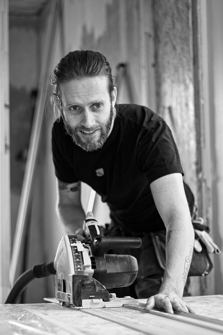 Jonathan Hemming - ÄgareJag är utbildad formgivare och har erfarenhet av allt från möbelsnickeri till inredningsplanering. Sedan sex år tillbaka är jag projektledare och byggare på Vakart. Ekologiskt och ansvarsfullt byggande ligger mig varmt om hjärtat.+358 (0)400 562 624jonathan.hemming@vakart.fi