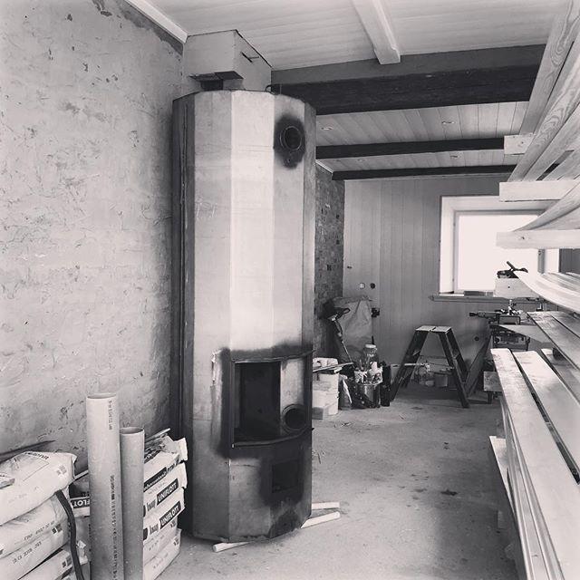 Där står den, #kakelugnspannan, naken och kall i väntan på installation och beklädnad.. men oj vad den ska värma detta hus när lerputsskruden är på och vintern vill komma in. ❄️🔥 #dammen #650l #lågenergihus