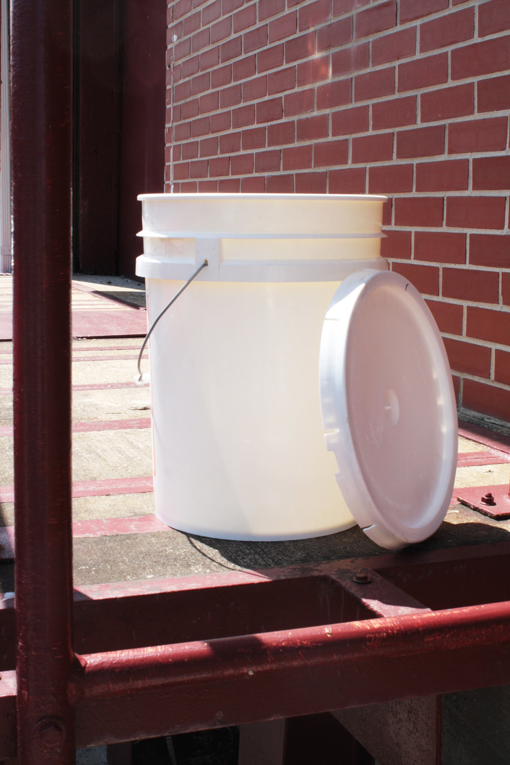 5 gallon plastic bucket w lid.jpg