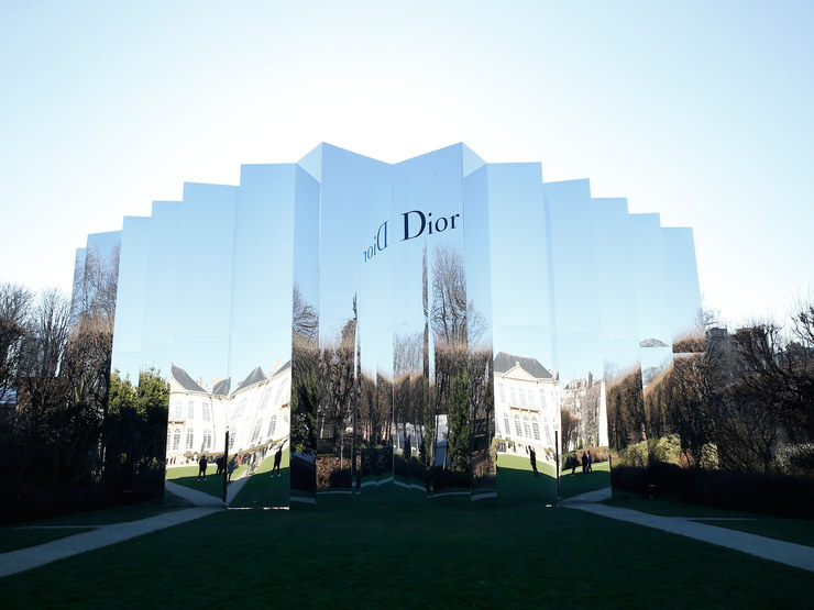 The mirrored exterior of the Christian Dior Spring 2016 Couture show in Musée Rodin for Paris Fashion Week. Photo: Architectural Digest