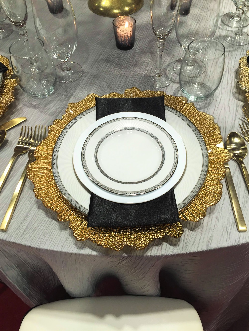 Gold plate charger on silver linen wisconsin dells weddings