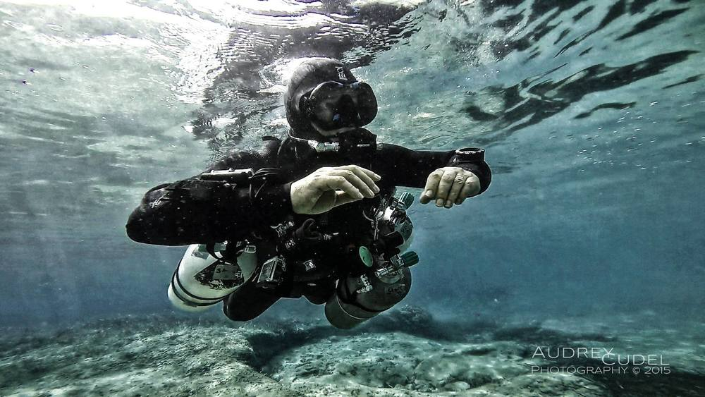 A streamlined Sidemount Diver using multiple cylinders