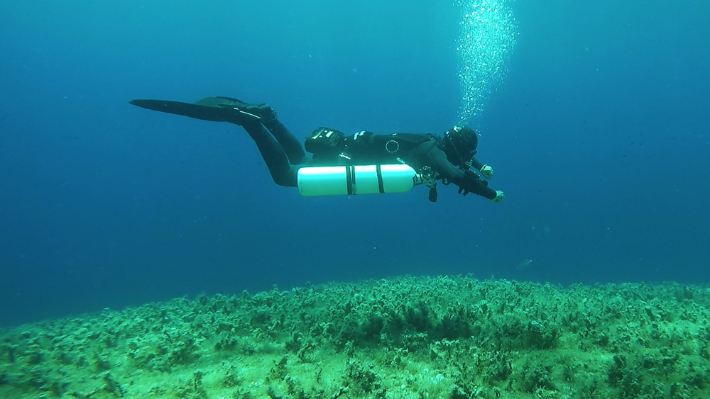 Sidemount Diver in Trim During a Decompression Stop