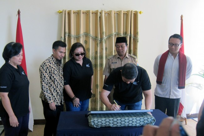 YAD chairman, Hashim Djojohadikusumo, signing the commemorative plaque at PKMW Al Hidayah, accompanied by the Wadah Chairperson Retnaning Tyas,the coordinator of Al-Hidayah, Hasan Azhary, Wadah Foundation Patron Anie Hashim Djojohadikusumo, Village Chief, Suranta S.Sos and member of the House of Representatives Commission VII, Aryo Djojohadikusomo.