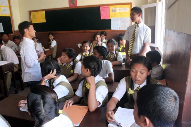 Adi Hermawan, koordinator Komunitas Kali Bekasi sedang berbincang-bincang dengan siswa di sebuah sekolah Maiti Nepal