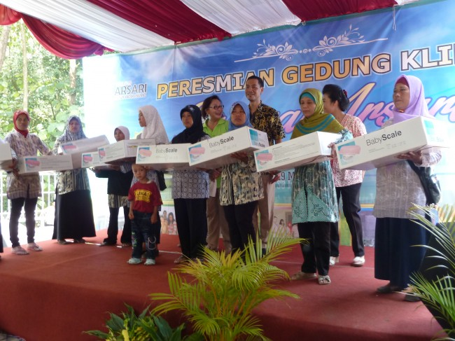 Sejumlah dukun bayi menerima  timbangan bayi dari Yayasan Wadah Titian Harapan
