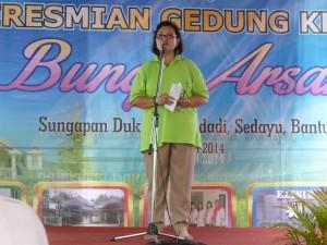Ibu Anie Hashim Djojohadikusumo memberikan sambutannya saat peresmian Klinik Bunga Arsari