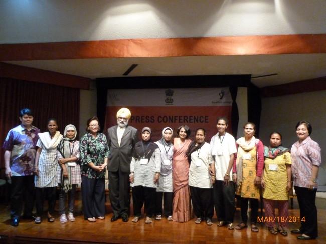 """Delapan perempuan 'insinyur"""" panel surya berfoto bersama dengan Ibu Anie hashim Djojohadikusumo dan Duta Besar India setelah konferensi pers"""