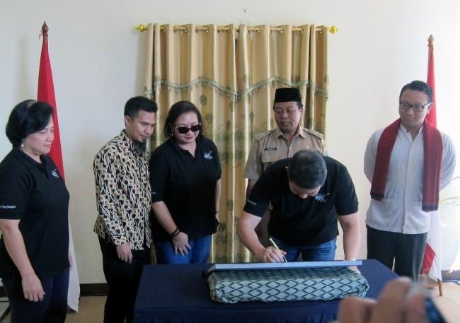Ketua YAD, Hashim Djojohadikusumo, menandatangani prasasti bangunan baru PKMW Al Hidayah, didampingi Pembina Yayasan Wadah, Anie Hashim, Ketua Wadah, Retnaningtyas, Lurah Penjaringan, Suranta S.Sos dan anggota Komisi VII DPR-RI, Aryo Djojohadikusumo (28/7/2015)