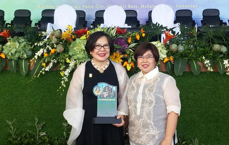 Tina Ferreros & Maita Manglapus proudly holding the Bayanihan Award