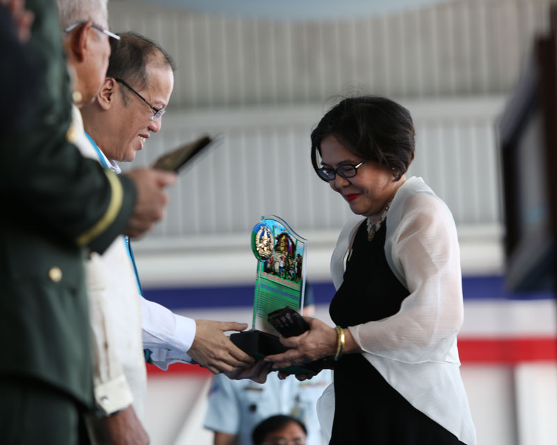 President Benigno Aquino III presenting the Bayanihan Award to Tina Ferreros of Wadah Philippines.