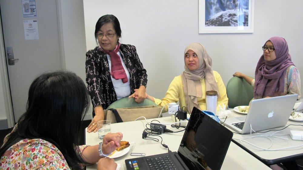 Ibu Oa dalam kegiatan pelatihan dengan peserta lainnya.