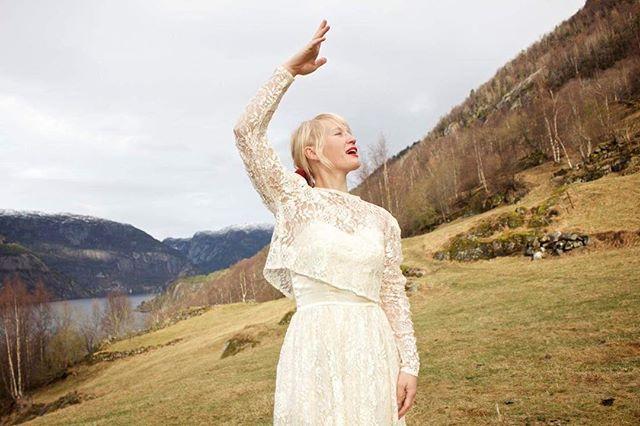 ✨Godt nytt år! Måtte 2018 bli eit år fylt med kjærleik ✨ #vintage #brudekjole #valborg #blonder #frieri #bryllup #nyttår #kjærleik