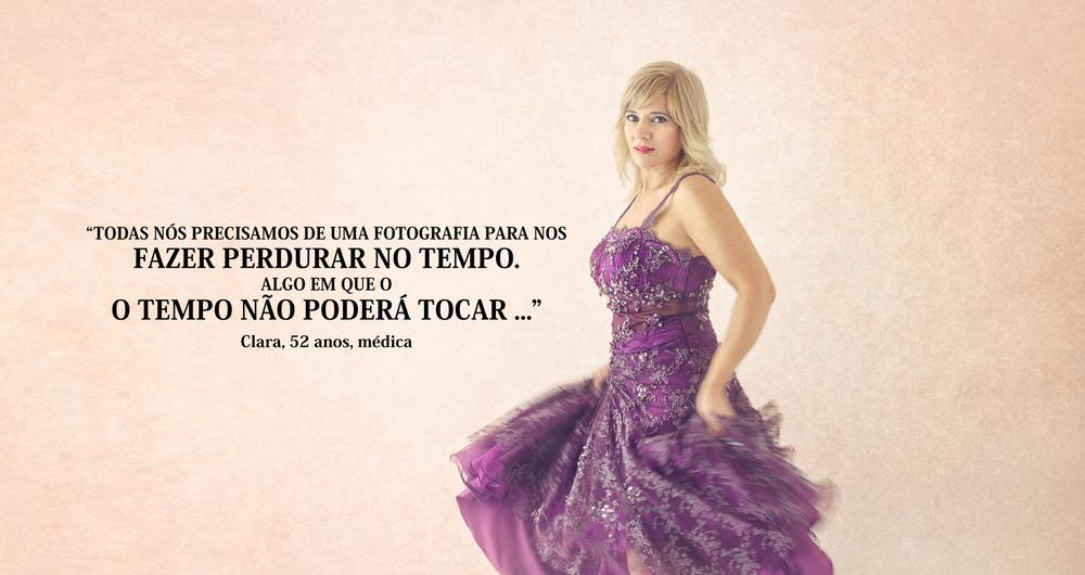 Mulher dançando com vestido de gala comprido sobre fundo texturado rosa beje