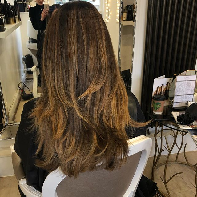 Lovely to be reacquainted with this fabulous mane of hair again 🦁 . . Swipe right to see the before and after transformation. Roots and balayage refresh 🤩 . . . #medicinegarden #blowbar #luxurysalon #oribeobsessed #hair #colourrefresh #balayage #stylist #love #colourist #hairsalon #cobham #luxuryhaircare #oribesalon #lorealsalon #surrey