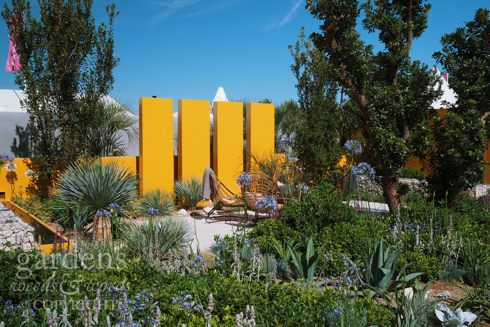 Now, I can't say for sure, but it's just possible that  Alan Rudden's Living La vida 120  garden took crispy fish fingers as a key source of inspiration for the hard landscaping. Whether or not that's true, it looked fabulous under the hot sun.