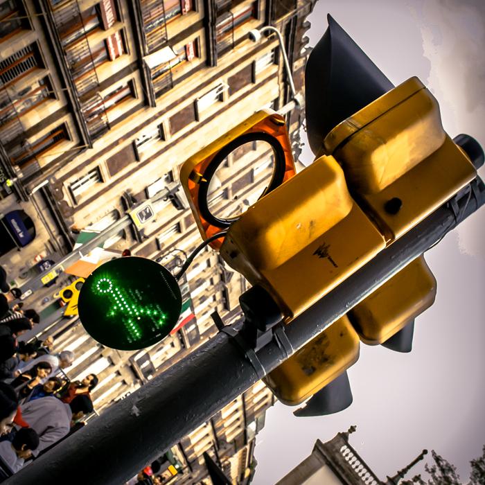 Ciudad de México, 2013.   Escape para cruzar el camino: nadie mira, todos van. * Escape to cross the road: nobody looks, everyone goes.