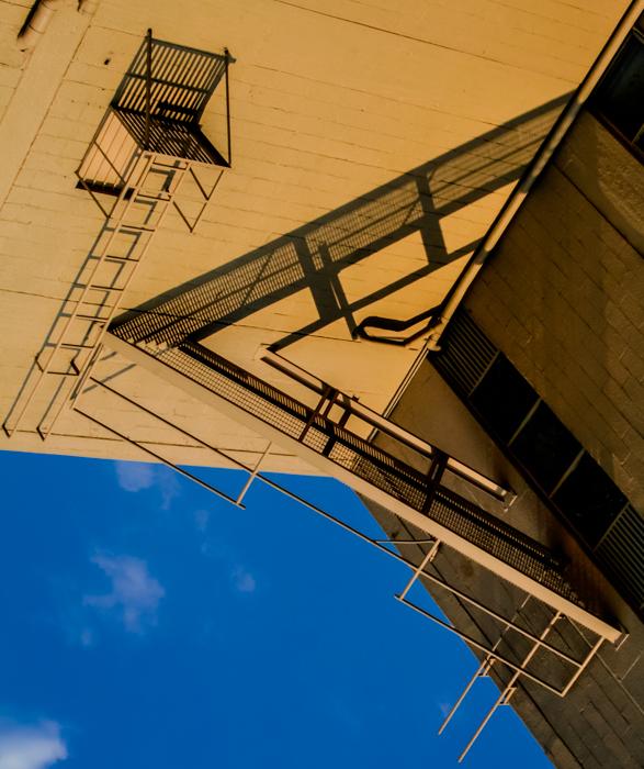 Ciudad de México, 2011.   Caluroso equilátero y con viento a la vez, ( anzuelo al aire ) pescar una nube, dejarla nadar.