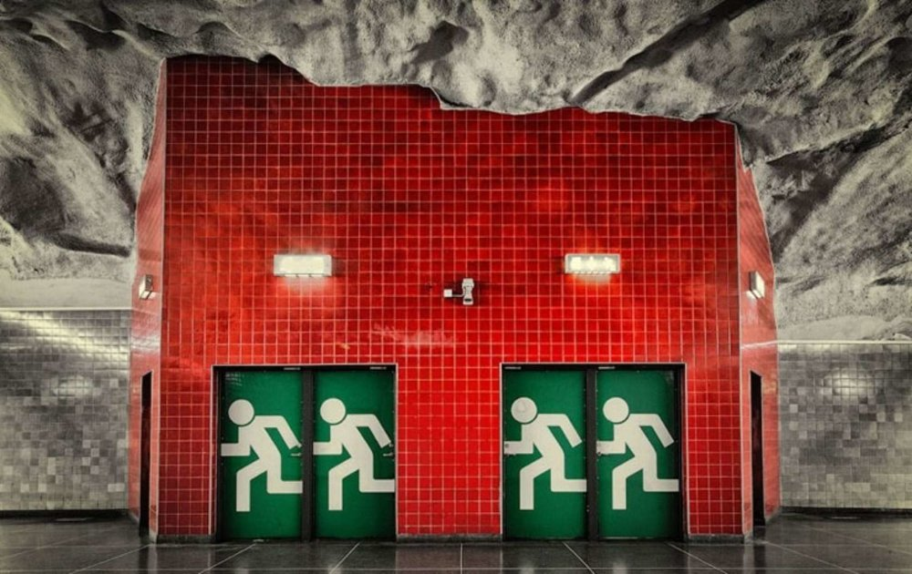 An unusual 'emergency exit' sign! Photo credit by: achitizer.com