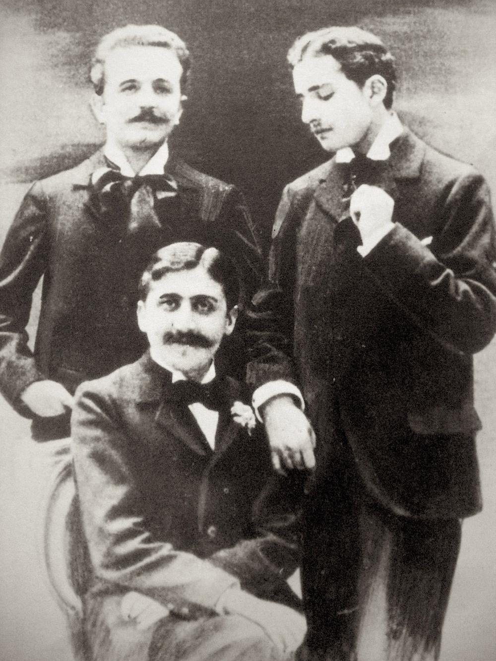 Fotografiet som skandaliserte Prousts mor: Marcel Proust (sittende), Robert de Flers (venstre) og Lucien Daudet (høyre), ca. 1894.
