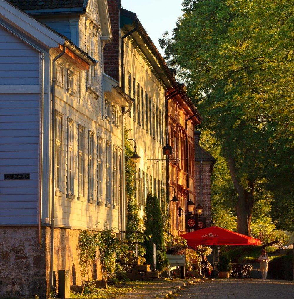 Gamlebyen-JPEG-Kråkerøy-Morgen-Marie-&-Malin-421-vegg-med-sol-peppes-hentews.jpg