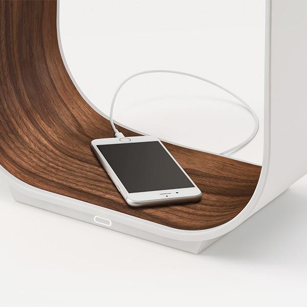 Light and Charge. - Smart gedacht: Pablo bietet mehr als nur Licht und exklusives Design.Die innovativen Tischleuchten sind mit einem USB-Port ausgestattet, damit du ohne zusätzliche Kabel und Stecker dein Smartphone oder Tablet direkt aufladen kannst.