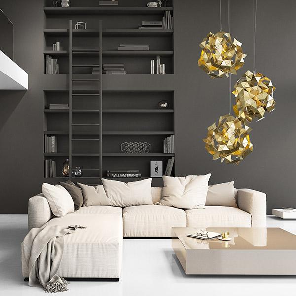 Abstrakt und geometrisch. - In abstrakten und geometrischen Entwürfen kommen die Eigenschaften des Metalls ganz besonders zur Geltung. Wie die Facetten eines Kristalls eröffnen diese Kunstwerke ein wechselndes Spiel mit den Spiegelungen der Räume, die sie umgeben.