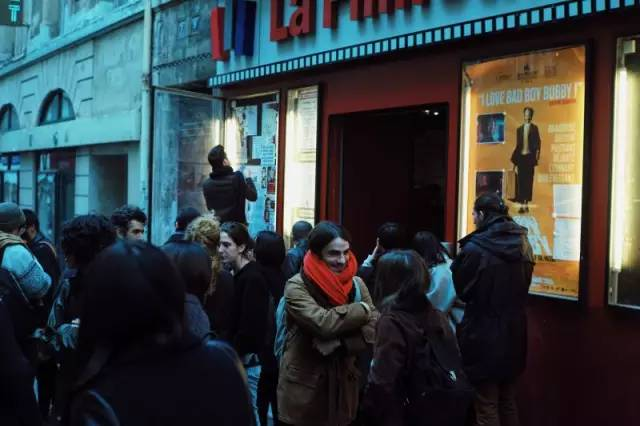 Filmothèque前等待入场的观众