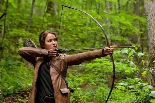 凯特尼斯是游走在森林里的猎手,她的本性源于自然