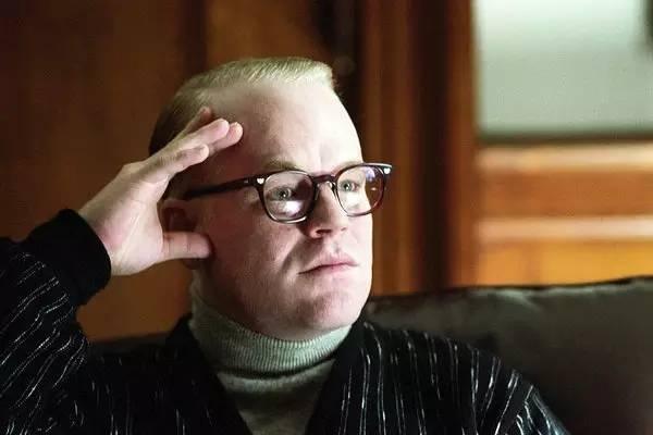 霍夫曼在2005年的电影《卡波特》中饰演主角杜鲁门·卡波特