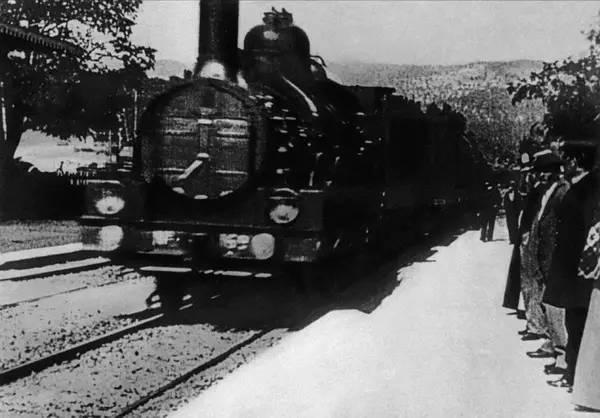 《火车进站》
