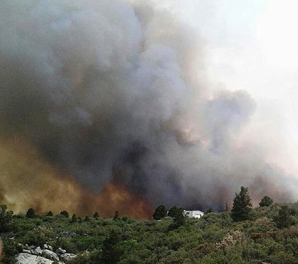 Yarnell_Hill_Fire_with_firefighters_in_the_foreground_(cropped).jpg