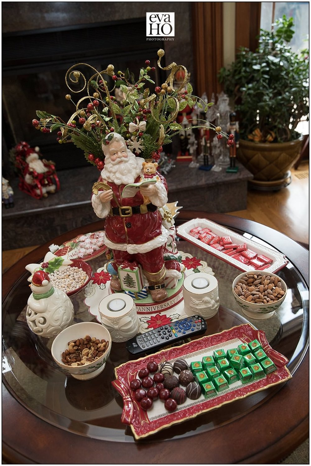 To say Kiki's mom loves Christmas is an understatement.  She spent her entire life collecting Christmas ornaments, dolls, decorations and every inch of the house was festive.  With the wedding being right after Christmas, some sweet holiday treats fit for Santa were a must!