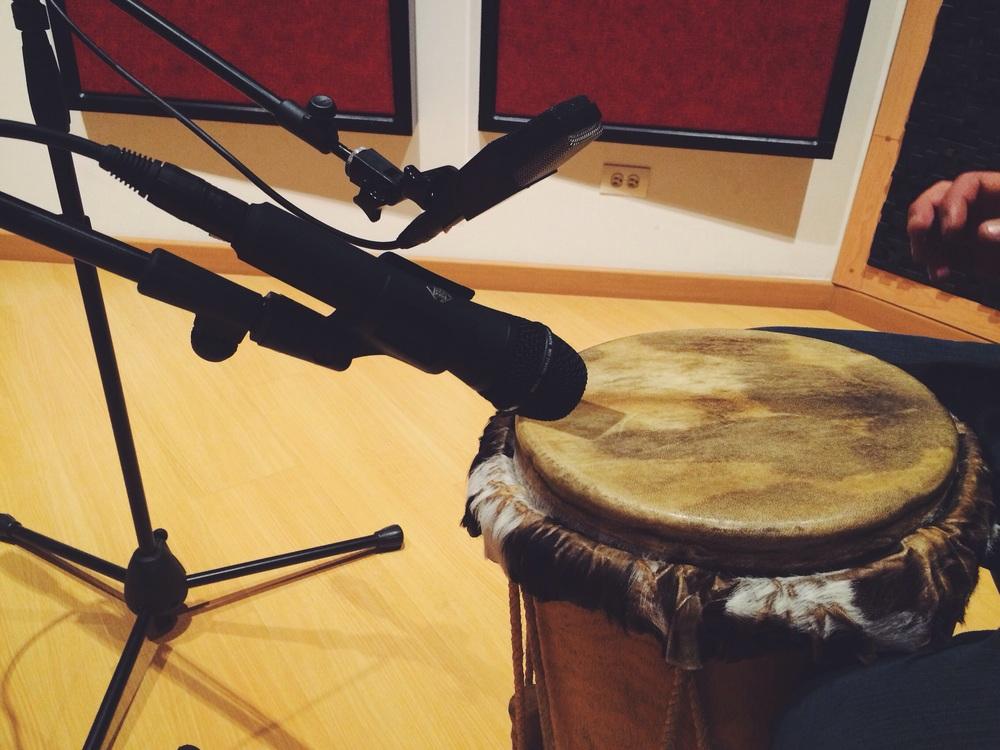Grabación del tambor Alegre con el Telefunken M80 y el AKG C414