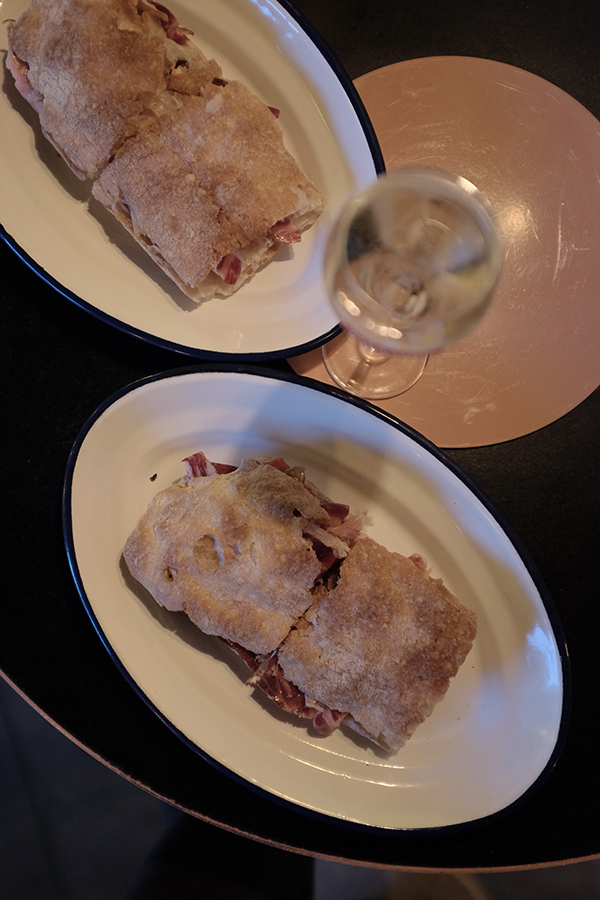 Bocadillo de Jamón y Champán. Skaniausios bocadillo's kada tik esu ragavusi. Dvi plonos duonos riekės su traškia plutele, kreminis sūris, orkaitėje keptos paprikos ir žinoma ibérico kumpis.   Bocadillo de Jamón y Champán . Bet bocadillo ever. Thin crispy slices of bread, cream cheese, roasted peppers and jamón ibérico.