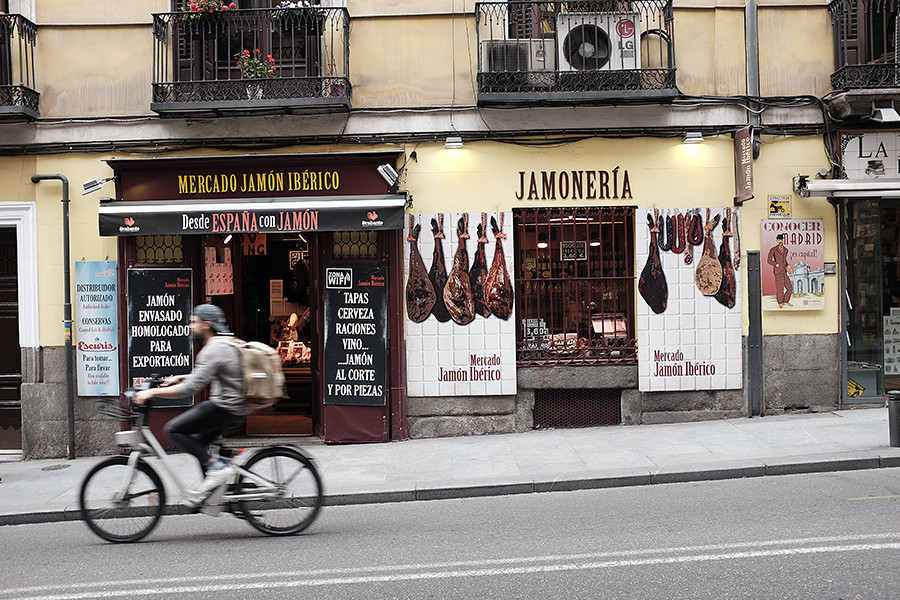 Jamoneria . Manau, kad esu gana lakios vaizduotės, bet Ispanijos be kumpio negaliu įsivaizduoti...   Jamoneria.  I think I have good imagination but I can't imagine Spain without ham...