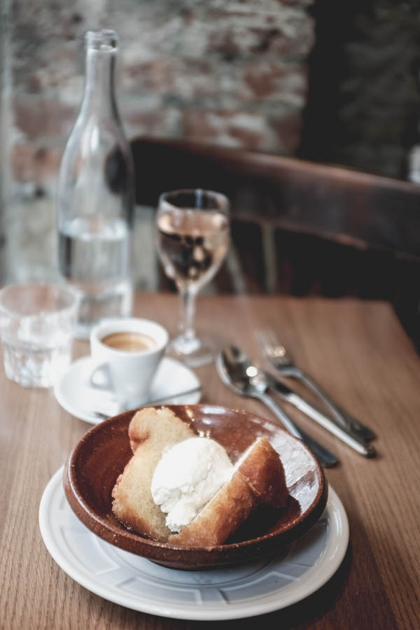 Café Constant. Romo boba. Nuostabiausia ir didžiausia boba, kokią tik esu valgius.    Café Constant. Biggest and best ever Baba au Rhum.