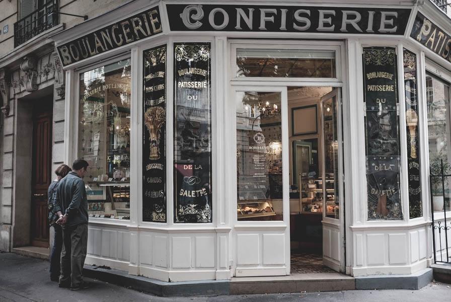 Boris Lumé kepyklėlė. Kepyklėlių, kuriose gali nusipirkti   kruasanų ką tik iš krosnies ir čia pat, gretimoje kavinėje juos suvalgyti užsigeriant kava su pienu, Paryžiuje apstu. Bet štai ši maža, jauki kepyklėlė Montmartre ir joje kepami sviestiniai rageliai yra tai, dėl ko tikrai verta važiuoti į Paryžių.    Boris Lumé Patisserie. There are so many pastry shops in Paris but only here I've found best croissants I ever ate. And if you have never been in Paris it's really worth it even just for those croissants.
