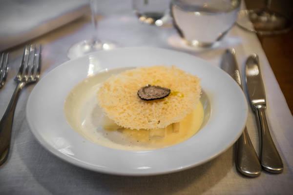 Užkandis. Baltų šparagų muslinas su parmezanu ir triufelių aliejumi.  Starter. White asparagus muslin with parmesan and truffle oil.