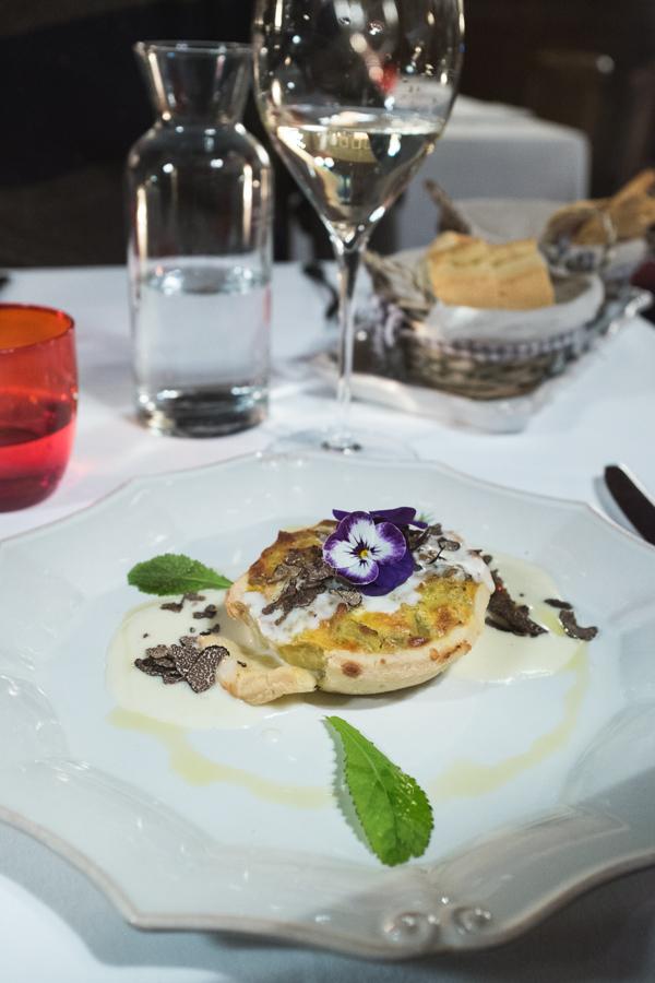 Baretto di San Vigilio. Pyragas su taleggio sūriu ir triufeliais.  Baretto di San Vigilio. Pie with taleggio and truffles.