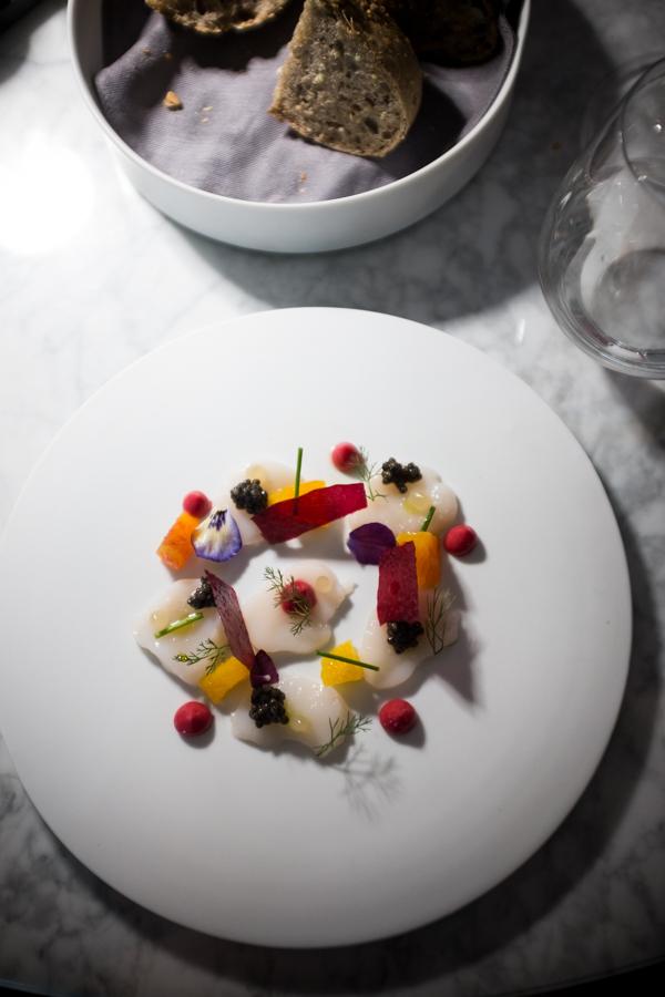 Felix Lo Basso. Šukutės su mangais, juodaisiais ikrais, burokėliais.  Felix Lo Basso. Scallops with mango, black caviar, beetroot.