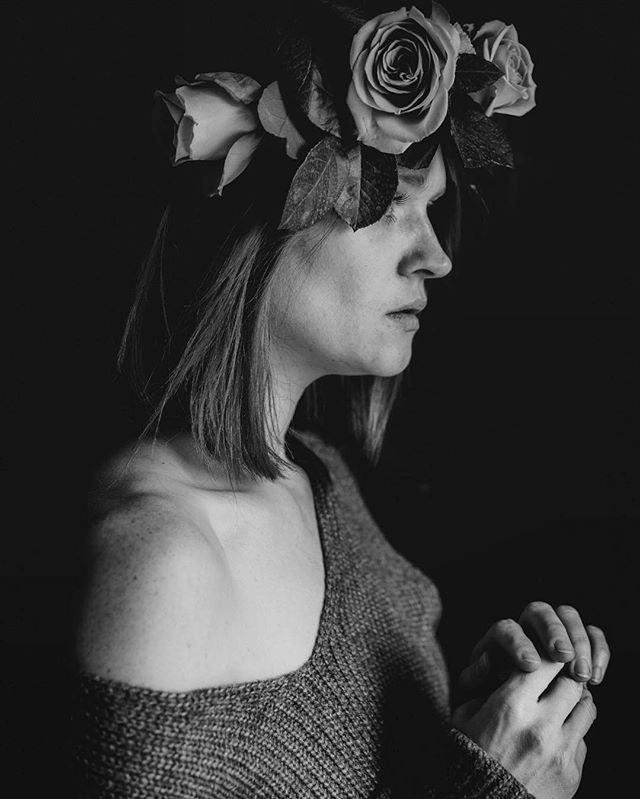 I wish that you were here or I were there  #feelings #iaminlove #selfieofday #selfportrait #portrait #bnw #bnw_portrait #blackandwhite #blackandwhitephotography #roses #moody #prettywoman #instaflowers